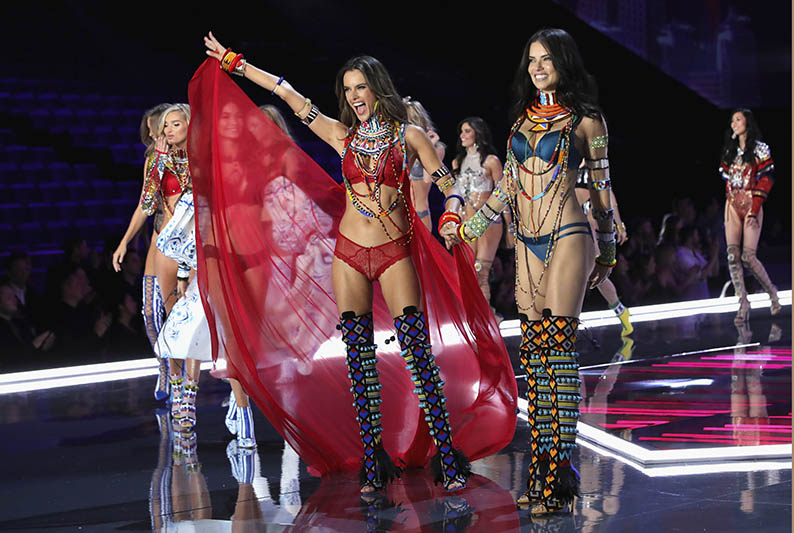 Alesandra Ambrosio and Adriana Lima wear looks made with Swarovski crystals at VSFS cópia - Looks Victoria's Secret Fashion Show com angels na passarela