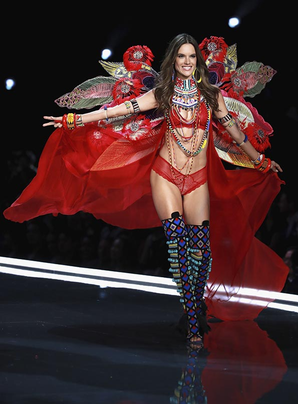 Alessandra Ambrosio wears look made with Swarovski crystals at VSFS 4 cópia - Looks Victoria's Secret Fashion Show com angels na passarela