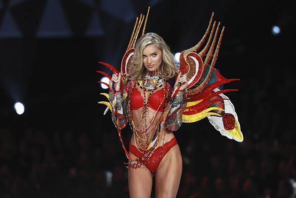 Elsa Hosk wears look made with Swarovski crystals at VSFS cópia - Looks Victoria's Secret Fashion Show com angels na passarela