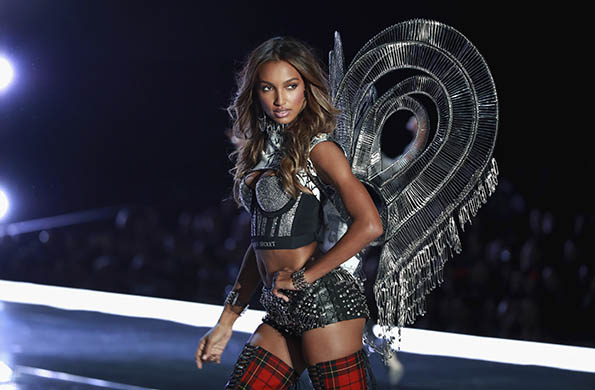 Jasmine Tookes wears look made with Swarovski crystals at VSFS cópia - Looks Victoria's Secret Fashion Show com angels na passarela