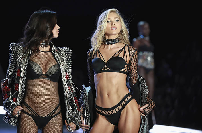 Sara Sampaio and Elsa Hosk wear looks made with Swarovski crystals at VSFS 2 cópia - Looks Victoria's Secret Fashion Show com angels na passarela