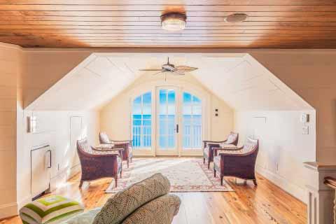 A madeira é um material versátil e costuma ter um custo benefício maior - Dicas para não ter problemas com a casa de madeira na praia