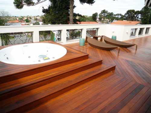 Além do tratamento e procedência é importante contar com tipos de madeira recomendados para uso em construções litorâneas - Dicas para não ter problemas com a casa de madeira na praia