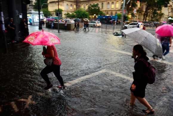 Carros ficam ilhados durante temporal em São Paulo - Temporal em São Paulo deixa carros ilhados