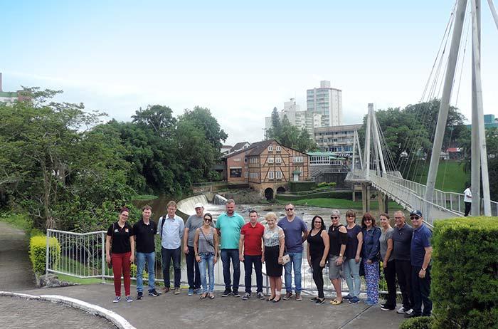 Comitiva em frente a Ponte de Arco sobre o Rio Benedito em Timbo - Rota Romântica busca conhecimento sobre cicloturismo no Vale Europeu