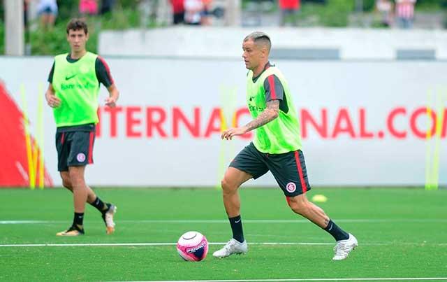 DAlessandro no treino do Inter comandado pelo técnico Odair Hellmann - Odair Hellmann comanda treino de ataque contra defesa
