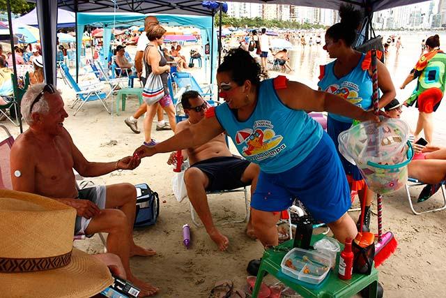 Praia Limpa Celso Peixoto 1 - Equipe do Projeto Praia Limpa leva bom humor e conscientização à beira mar