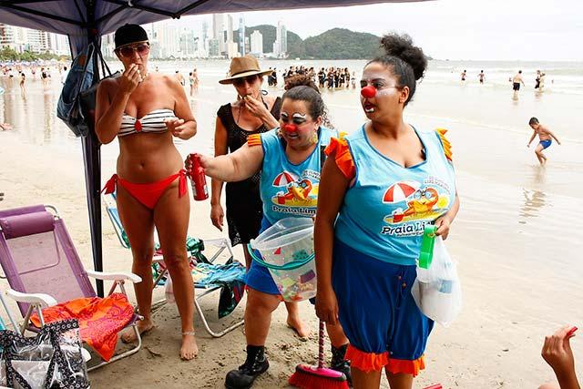 Praia Limpa Celso Peixoto 2 - Equipe do Projeto Praia Limpa leva bom humor e conscientização à beira mar