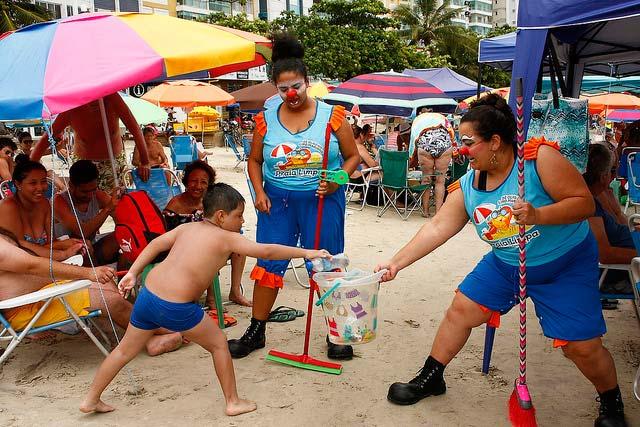 Praia Limpa Celso Peixoto 5 - Equipe do Projeto Praia Limpa leva bom humor e conscientização à beira mar