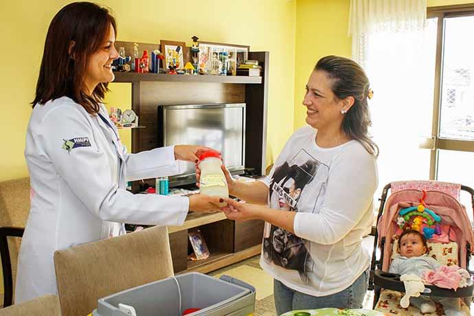 Téc. HMIPV Mariele Serafim e doadora Michele D. Gomes de Souza mãe da pequena Alice. - Porto Alegre: banco de leite precisa de doações para prematuros
