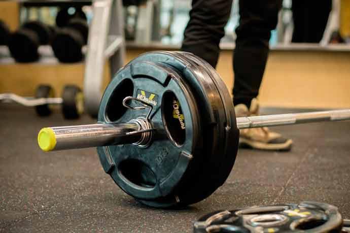 levantamento peso - Esportes que causam lesões no quadril