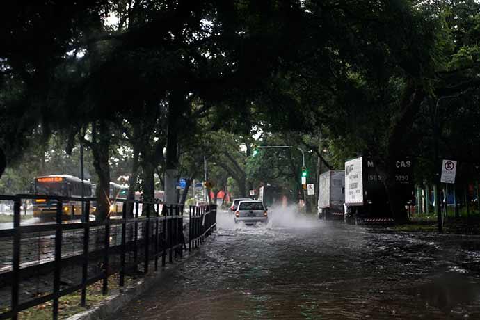 poa3 - Vendaval atinge região Central de Porto Alegre