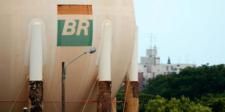Resultado de imagem para Ações da Petrobras caem 14,5% e dólar sobe com greve de caminhoneiros