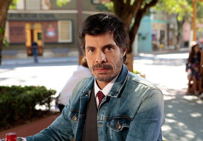 Leonardo Daniel Alvim Foto Lourival Ribeiro SBT 1 674x468 - Carinha de Anjo - Resumo dos Capítulos 351 a 355 (26.03 a 30.03)