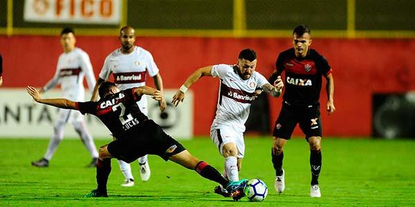 Inter no G4 em Salvador 2 - Gol no final contra o Vitória põe Inter no G4
