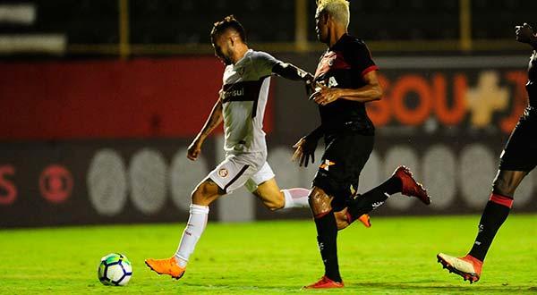 Inter no G4 em Salvador 4 - Gol no final contra o Vitória põe Inter no G4