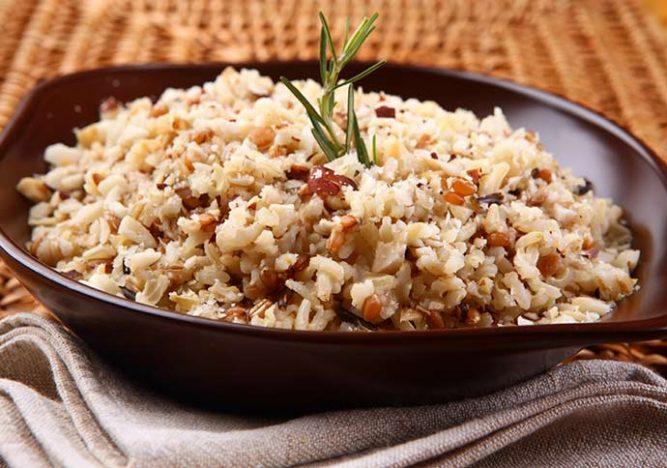 ARROZ INTEGRAL COM CASTANHA 667x468 - Receitas: picadinho de carne e arroz integral com castanhas