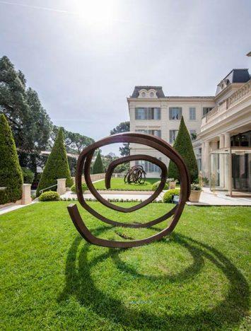 Escultura de Bernar Vernet nos jardins 355x468 - Obras de Bernar Vernet nas propriedades da Oetker Collection