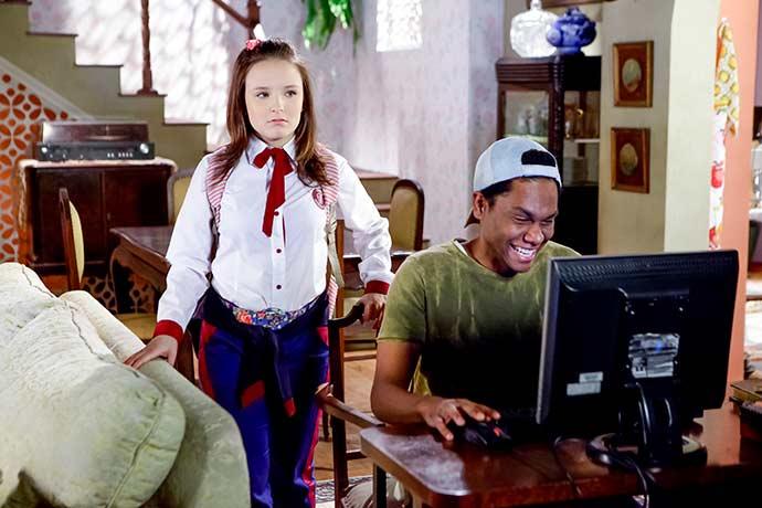 Jeferson arruma computador de Mirela Foto Gabriel Cardoso SBT 18 - As Aventuras de Poliana - Resumo dos Capítulos 34 a 38 (02.07 a 06.07)