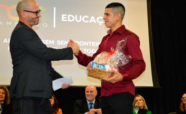 Emoção marcou a formatura de jovens e adultos - Jovens e adultos celebram conclusão do Ensino Fundamental com cerimônia de formatura