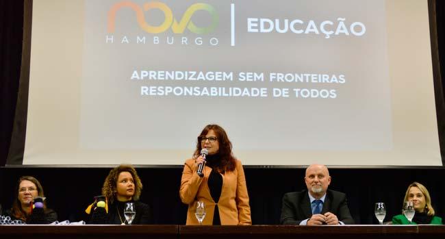 Secretária de Educação Maristela Guasselli motivou os recém formados a continuarem os estudos - Jovens e adultos celebram conclusão do Ensino Fundamental com cerimônia de formatura