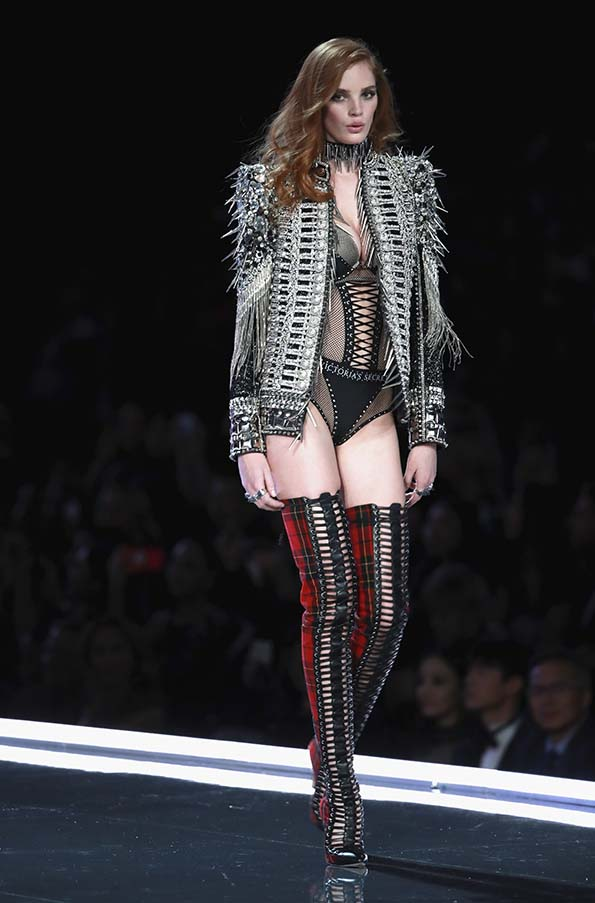 Alexina Graham wears look made with Swarovski crystals at VSFS cópia - Looks Victoria's Secret Fashion Show com angels na passarela