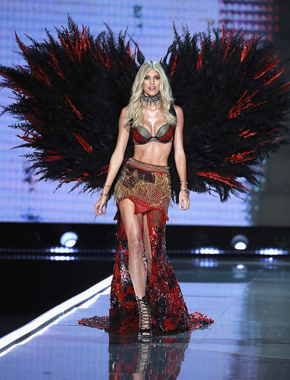 Devon Windsor wears look made with Swarovski crystals at VSFS cópia - Looks Victoria's Secret Fashion Show com angels na passarela