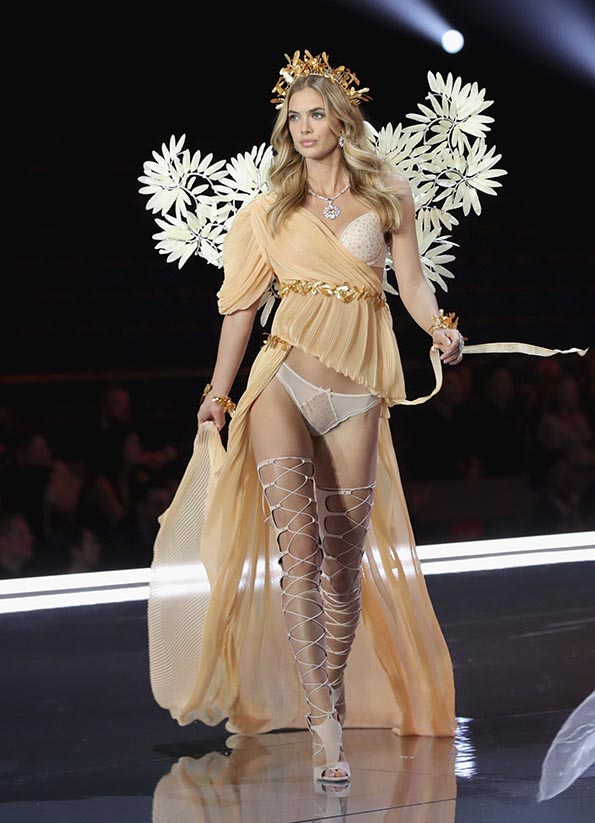 Megan Williams wears look made with Swarovski crystals at VSFS 4 cópia - Looks Victoria's Secret Fashion Show com angels na passarela