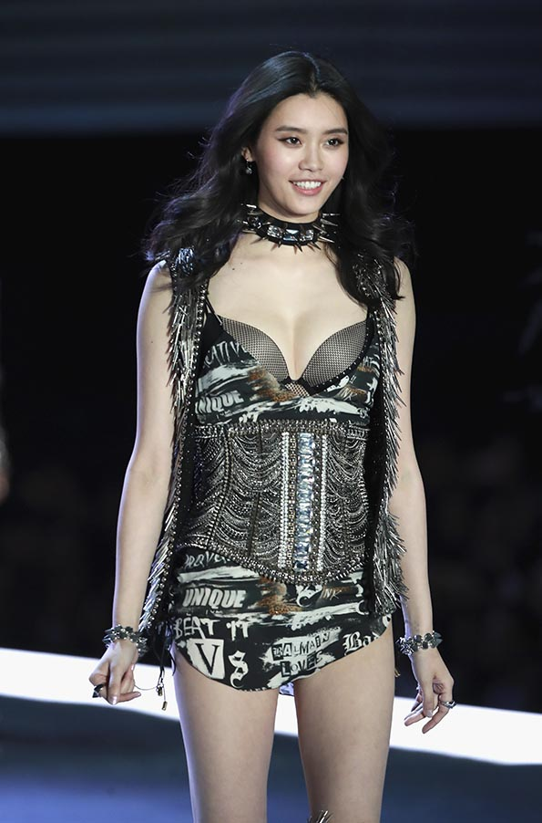 Ming Xi wears look made with Swarovski crystals at VSFS 3 cópia - Looks Victoria's Secret Fashion Show com angels na passarela