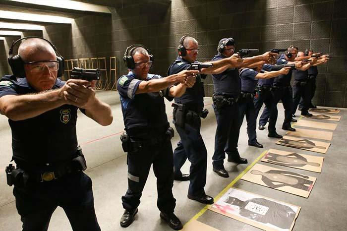00218370 - Curitiba: Guardas municipais passam por curso de aperfeiçoamento