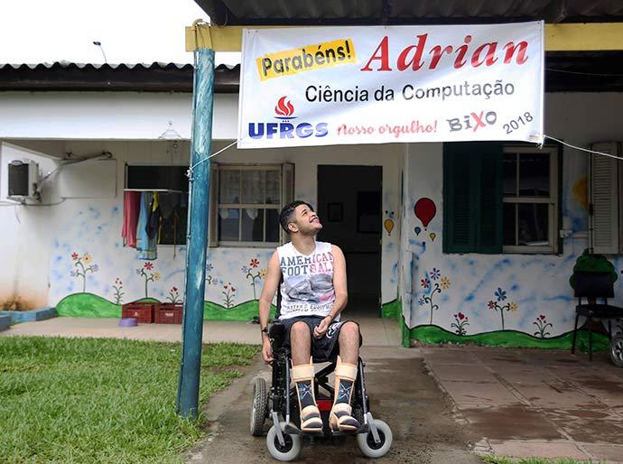 Adrian UFRGS - Jovem abrigado supera limitações e passa no vestibular da UFRGS