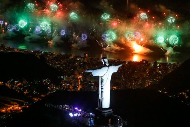 Rio de Janeiro queima de fogos - Festa do Ano Novo em Copacabana reuniu 2,4 milhões de pessoas