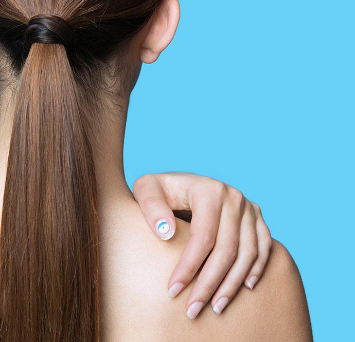 UV Sense model - L'Oréal lança adesivo com sensor eletrônico UV sem bateria
