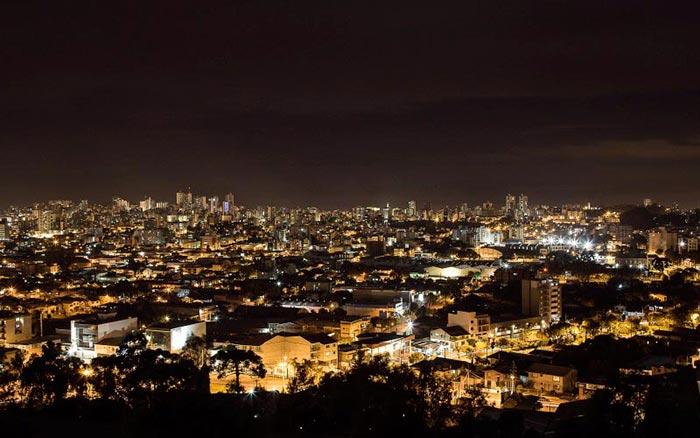 Vista noturna de Caxias do Sul RS 1 - Caxias do Sul aparece entre os destinos gaúchos mais ofertados em 2017