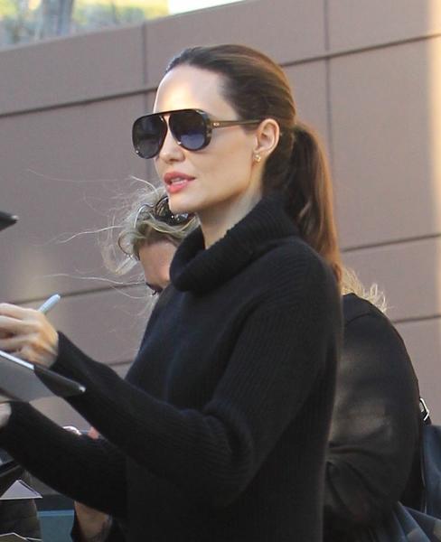 angelina jolie - Angelina Jolie usa DiorLia em Los Angeles
