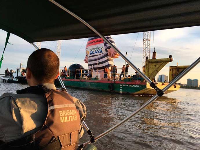 barco no guaiba foto brigada militar - Manifestações pelo Brasil durante o julgamento do recurso de Lula