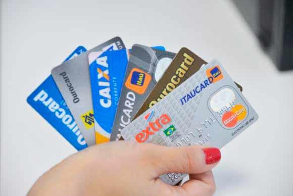cartoes de credito - Número de famílias endividadas sobe para 62,2%