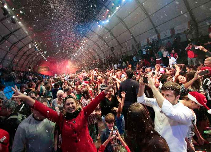 crop foto publico lotou as arquibancadas e se divertiu no ultimo grande desfile de natal 16012018090731 - Desfile encerrou o 32º Natal Luz de Gramado