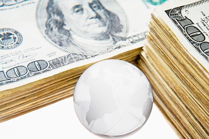 dolares55 - Com alta do dólar, gastos no exterior estão desacelerando