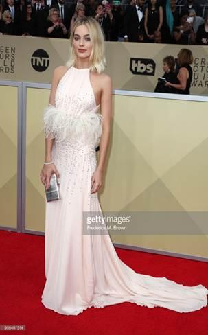 margot robbie look completo web  - Margot Robbie e Yara Shahidi no 24º Sag Awards