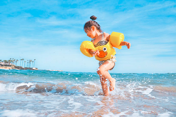 praia criança - Otite é comum em crianças durante o verão