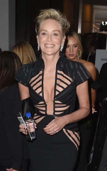 Photo of Sharon Stone veste Vitor Zerbinato no Globo de Ouro