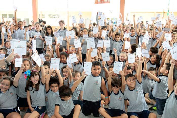Alunos da rede municipal de Joinville recebem cartilha contra violência infantil - Alunos da rede municipal de Joinville recebem cartilha contra violência infantil