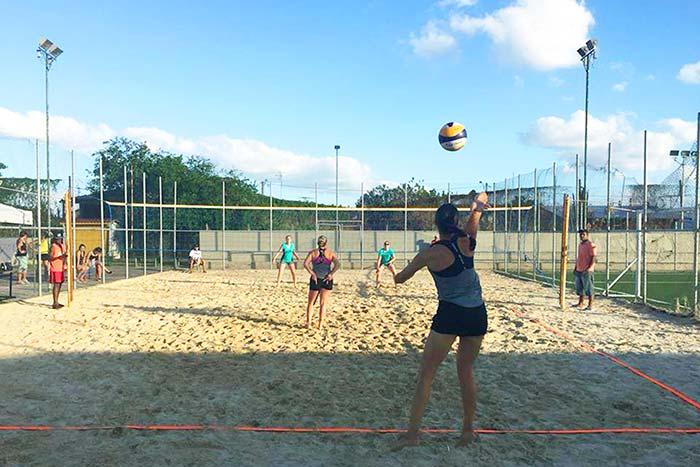 Editada - Quartas de final do torneio de vôlei de areia movimentam a Praça da Juventude