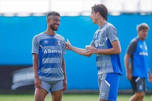 Geromel e Leo Moura do Grêmio - GEROMEL E LÉO MOURA TREINAM EM ATIVIDADE FECHADA NO CT