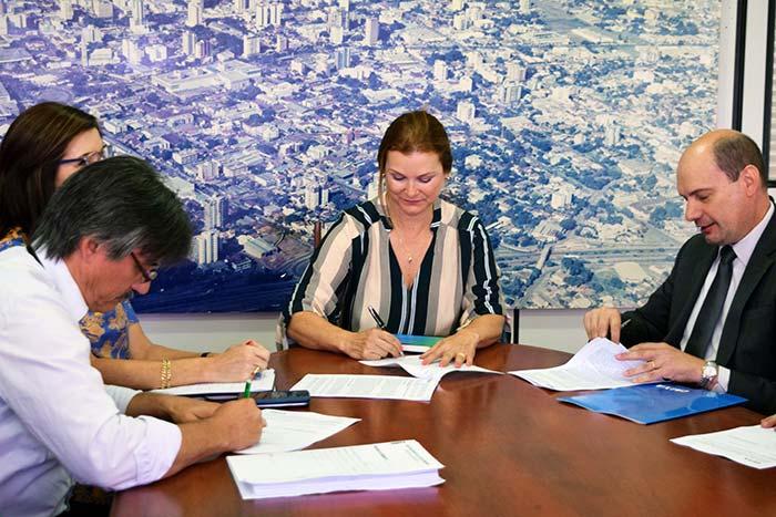 PrefeitaFatimaassinacontratocomCEF - Prefeita Fátima Daudt assina contrato para 300 novas casas no bairro Canudos