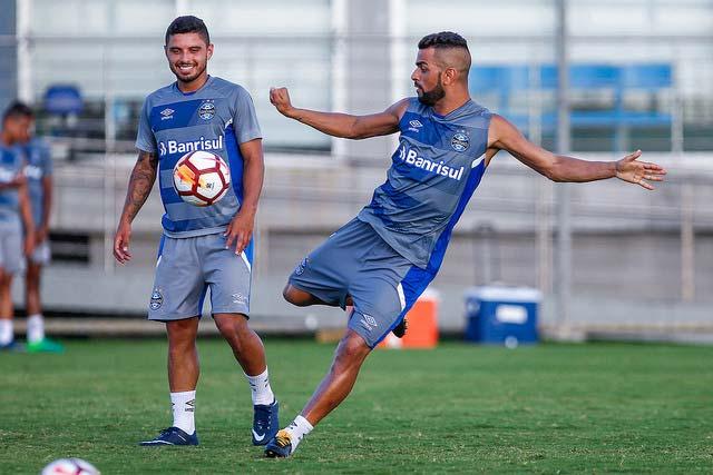 Treino do Grêmio antes do embarque para o Uruguai 3 - Grêmio começa busca pelo tetra da América