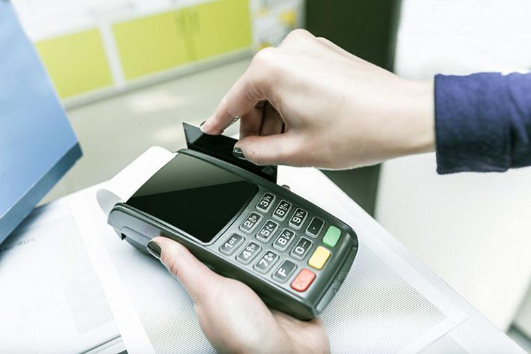 cartão credito - Inadimplência do consumidor cai 3,8% no acumulado 12 meses