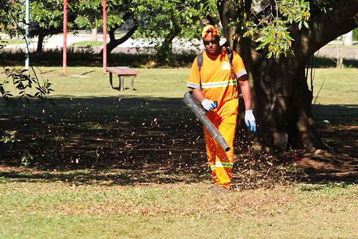 imagem173748 - Volta do feriado: Equipes de serviços fazem manutenção de praças em Porto Alegre