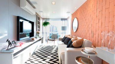 sala 390x220 - Projeto de apartamento une mix de revestimento e decoração jovem no RJ